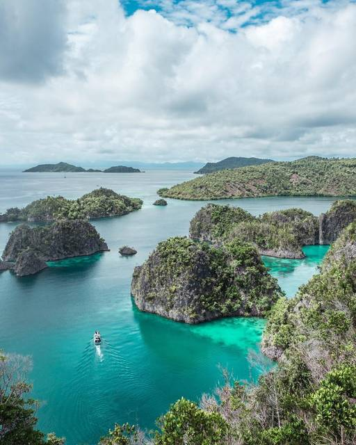 World Travelers,Indonesia,West Papua,Raja Ampat Regency,Raja Ampat Regency,undefined,Of Mountains and Beaches: best of both worlds! 😍,raja-ampat-world-travelers-4a29f719724-0-of-15